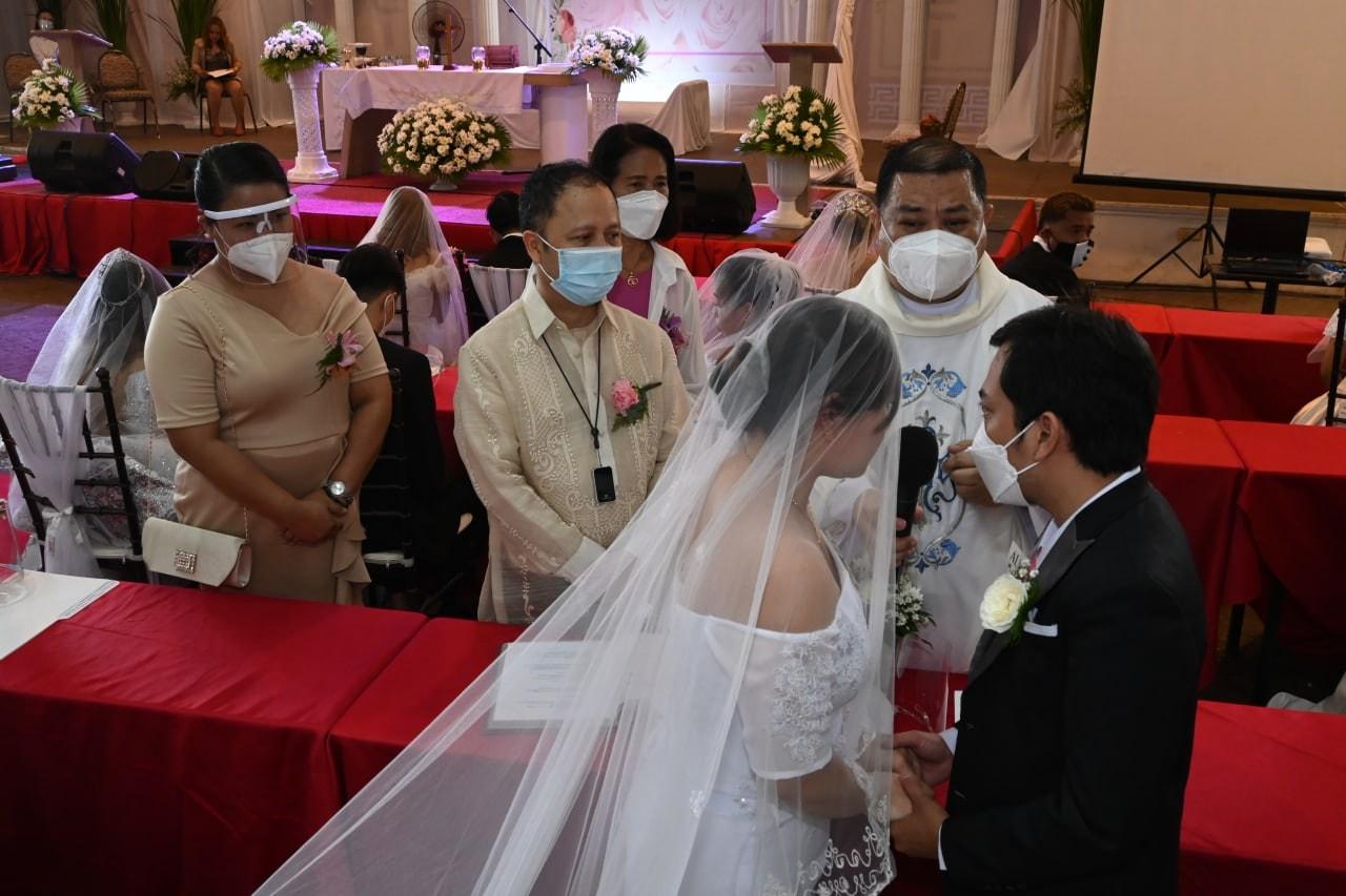 Labing-siyam na magsing-irog ang sabay-sabay na ikinasal ngayong araw sa isang mass wedding na ginanap sa Embarcadero de Legazpi. Ang proyektong ito ay handog ng Ako Bicol Party-list at Aksyon Co Center.