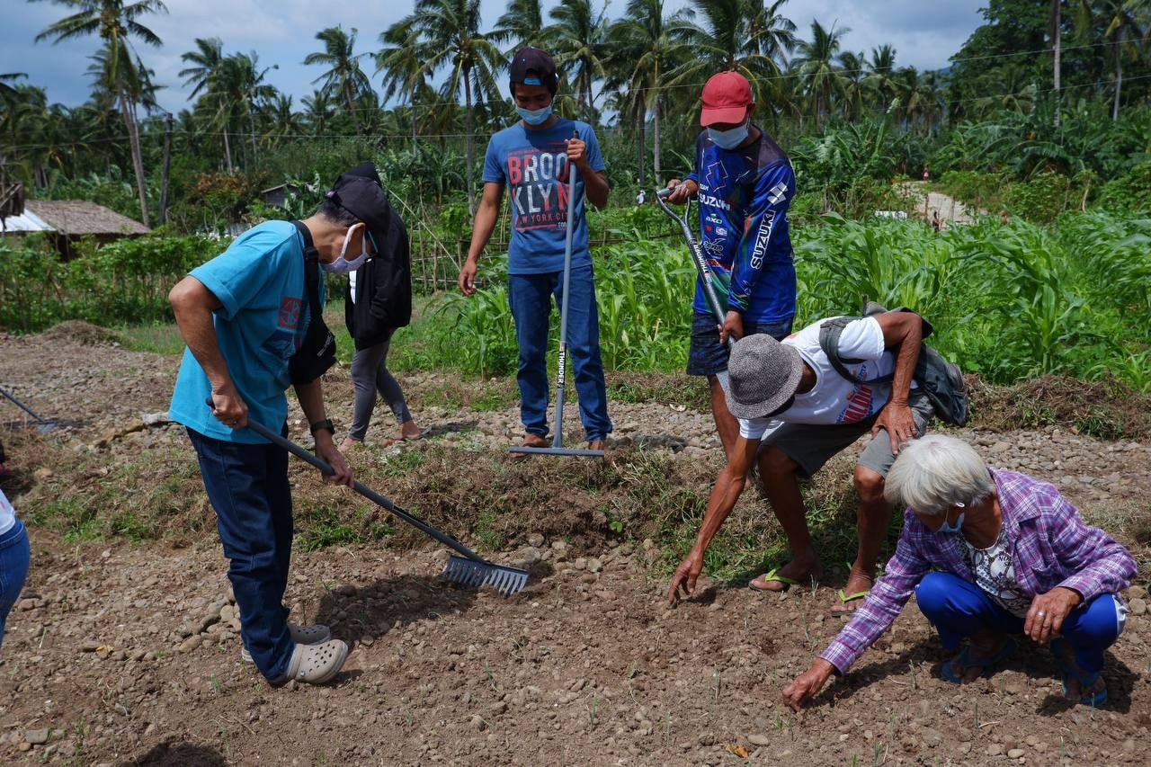 Ako Bicol Party-list in partnership with the Department of Agriculture distributed garden tools and vegetable seedlings to PangPang Farmers Association at PangPang and to the farmers of Balogo, Sorsogon City.