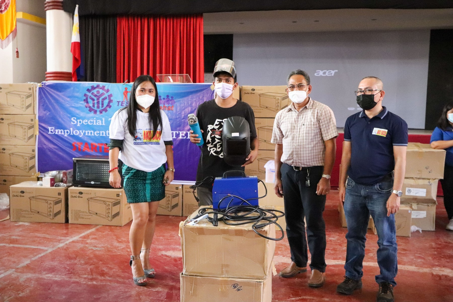 Higit sa isang daang iskolar ng Ako Bicol-TESDA ang nakatanggap ng mga starter toolkits sa programang (STEP) o Special Training For Employment ng TESDA.