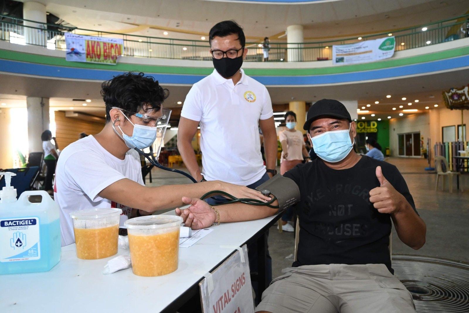 """Isinagawa ng Ako Bicol Partylist at Aksyon Co Center sa Celebration Plaza, Embarcadero de Legazpi ang Mobile Blood Donation na may temang """"Give Blood, Save Lives"""" sa pakikipagtulungan sa Department of Health (DOH) at Tau Gamma Sigma- Triskelion."""