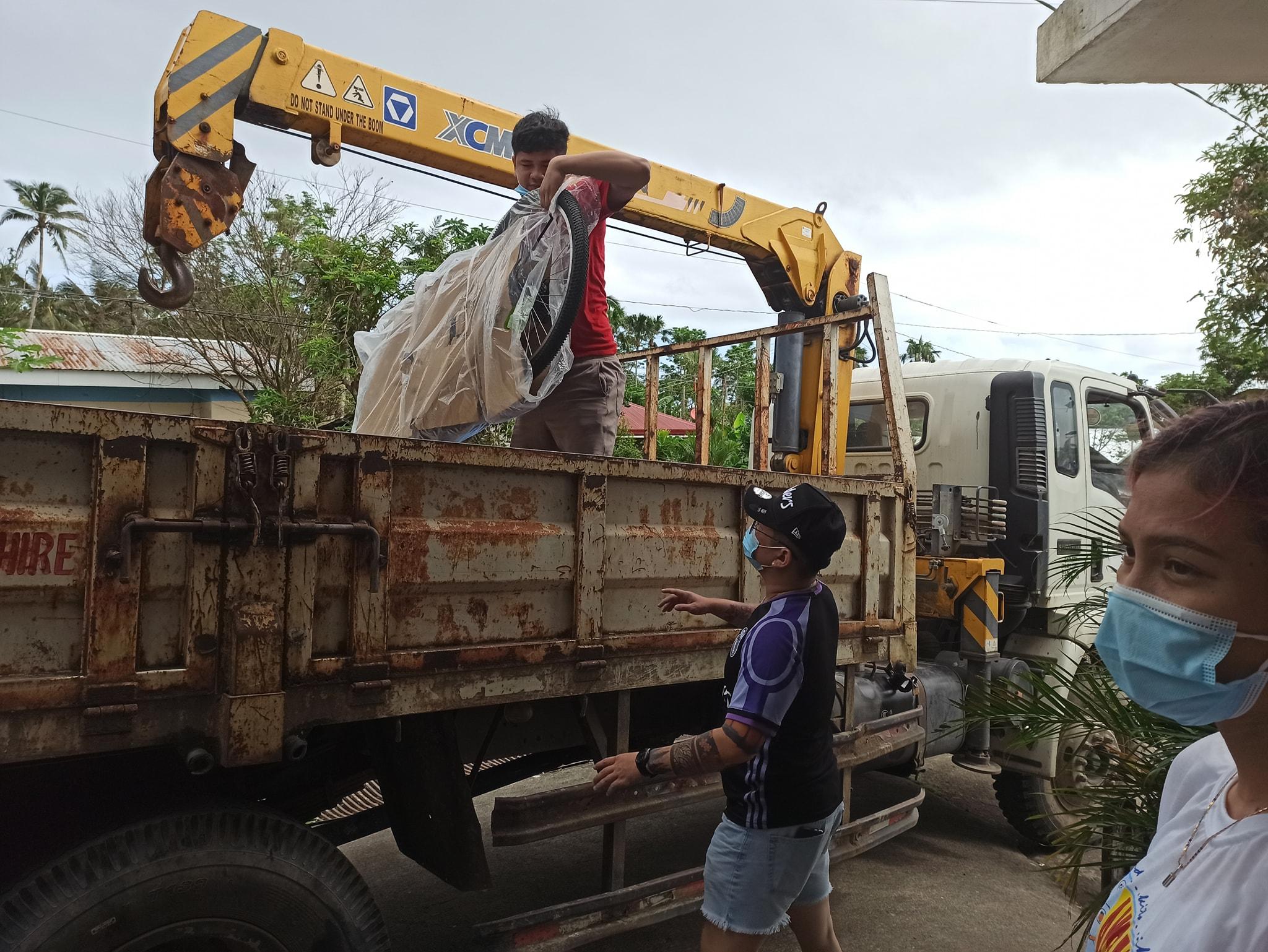 """Pinangunahan ni Senator Christopher Lawrence """"Bong"""" Go at ng Ako Bicol Partylist ang pamamahagi ng mga relief packs sa mga kababayan natin sa lalawigan ng Albay."""