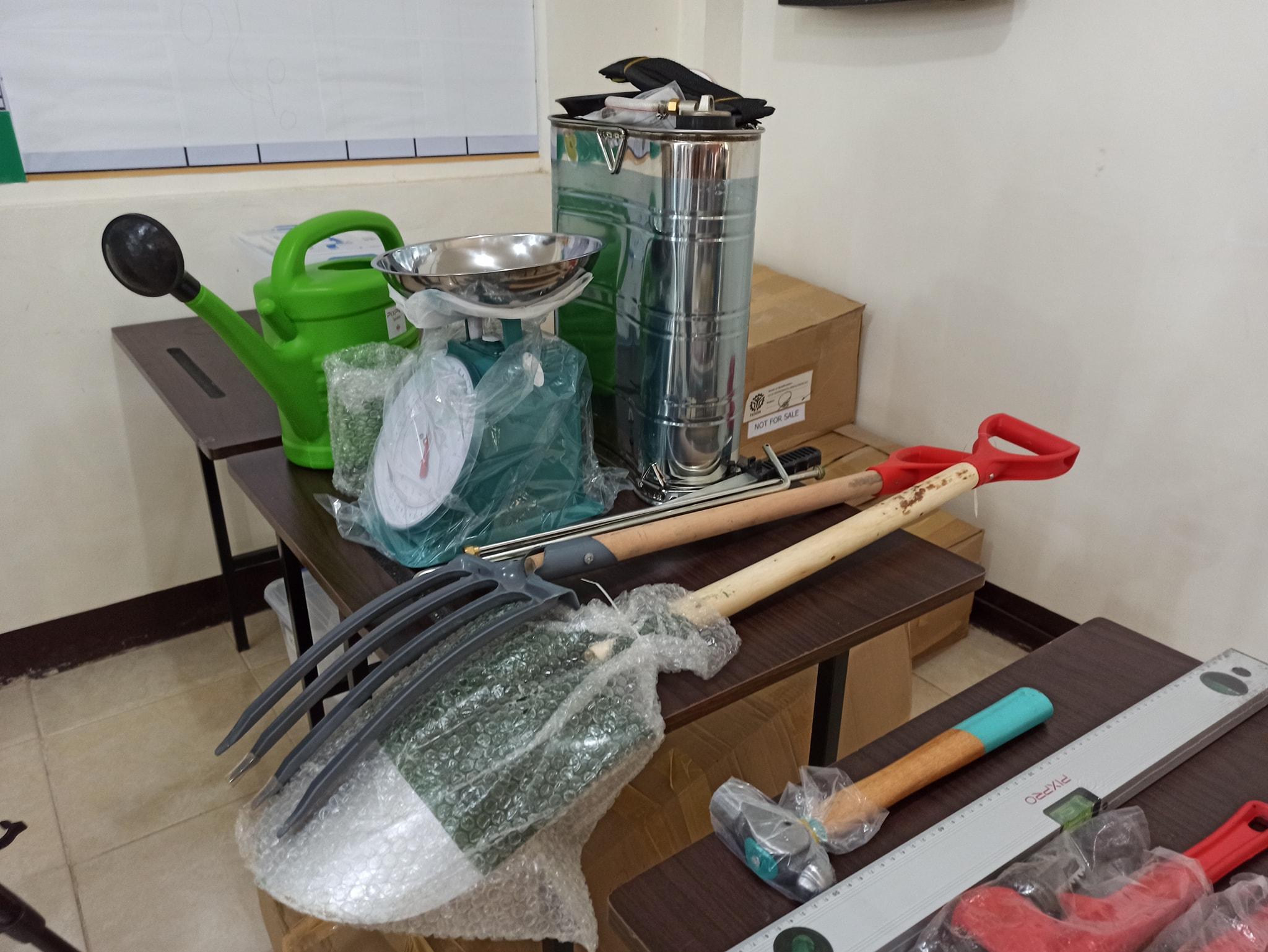 Namahagi ng starter toolkits ang Ako Bicol Party-list at TESDA sa 130 scholars na sumailalim sa pagsasanay sa mga kursong Plumbing NCI, Organic Fertilizer Production, Facial Make up at Shielded Metal Arc Welding NCI.