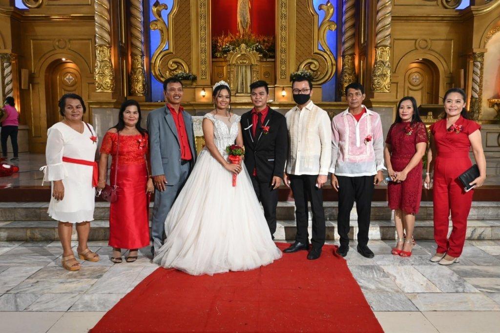 Sa tulong ng Ako Bicol Party-list, sabay-sabay ikinasal ang dalawampung magsing-irog sa Parroquia De San Juan Bautista sa Daet, Camarines Norte.