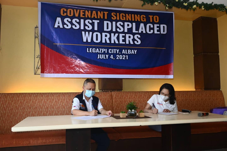 """Nilagdaan nina Senator Risa Hontiveros at Ako Bicol Congressman Zaldy Co ang """"Covenant to Assist Displaced Workers"""" upang tulungang makaahon sa hirap ang mga kababayan nating nawalan ng hanapbuhay."""
